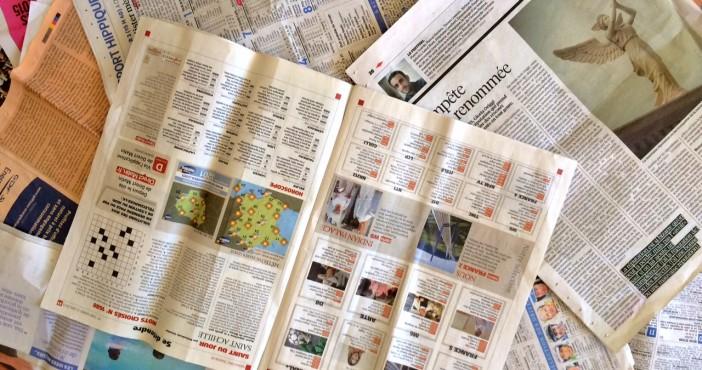 tas de papiers journaux