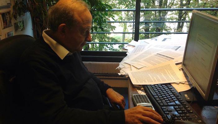 Henry Sterdyniak photographié dans son bureau
