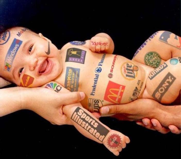 Image : bébé tatoué avec des logos