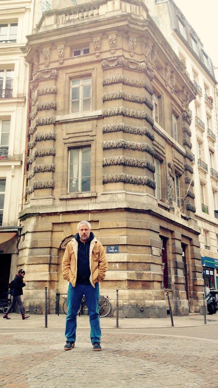 ulien Caumer devant le 111 rue Saint-Honoré, D.R.