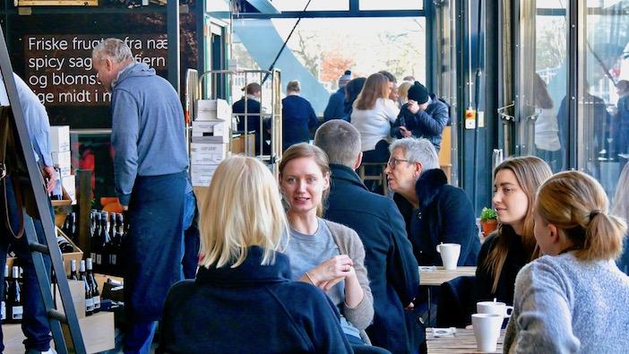 Des danois attablés dans un café, ils sont cools ces danois