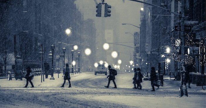 New York sous la neige, lampadaires, piétons