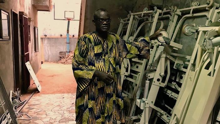 Mamoudou Alao Afolabi dans le camion avec 20 lits d'hopital