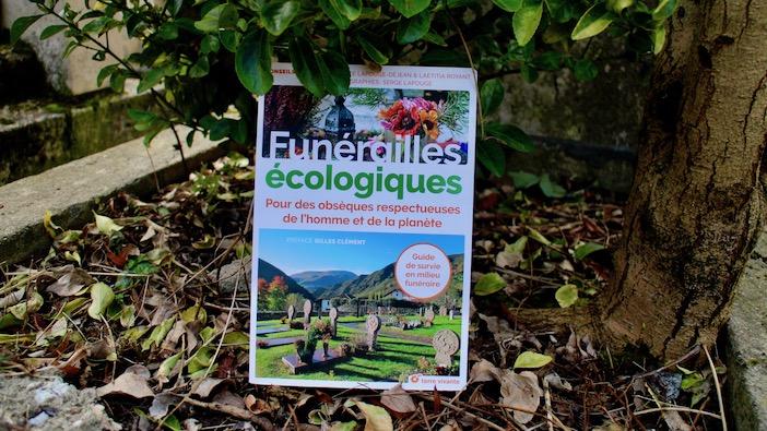 La couverture du livre Funérailles écologiques, pour des obseques respectueuses de l'homme et de la planète