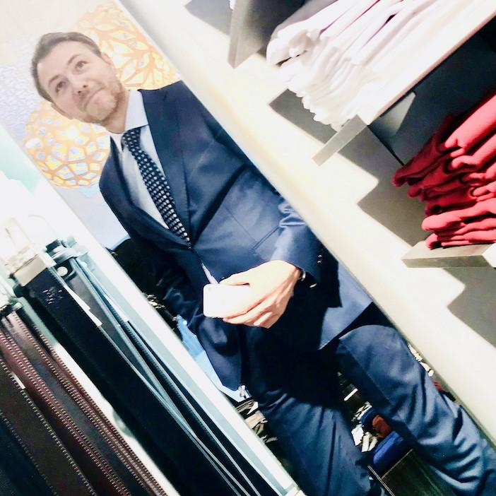 Pierre Roubin et sa chemise dans un magasin de prêt-à-porter (selfie).