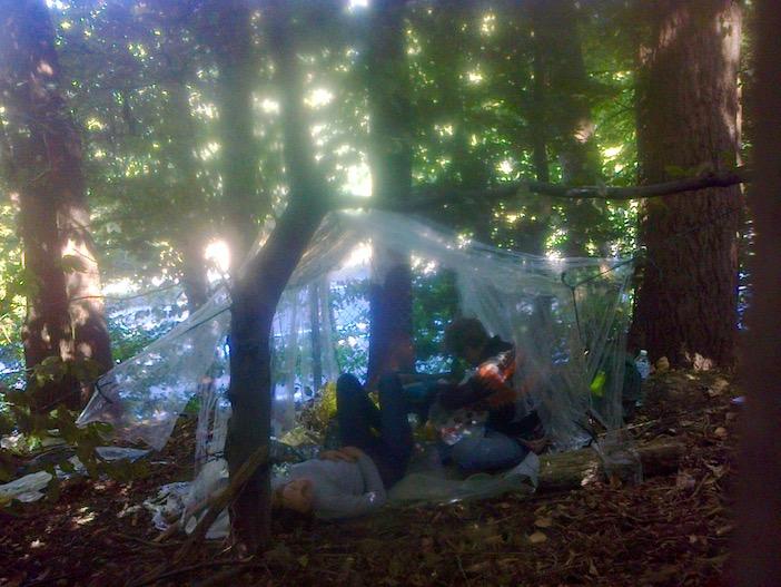 Campement au bord de l'autoroute