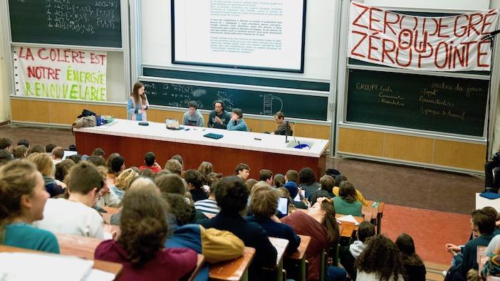 Les étudiants en AG à Jussieu