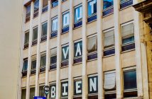 La façade du squat Post, avec les lettres Tout va bien, photo François Lafite