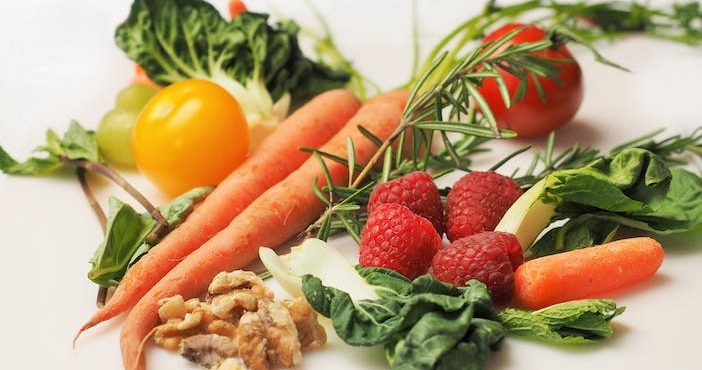 Manger cru les carottes, tomates, fraises, choux