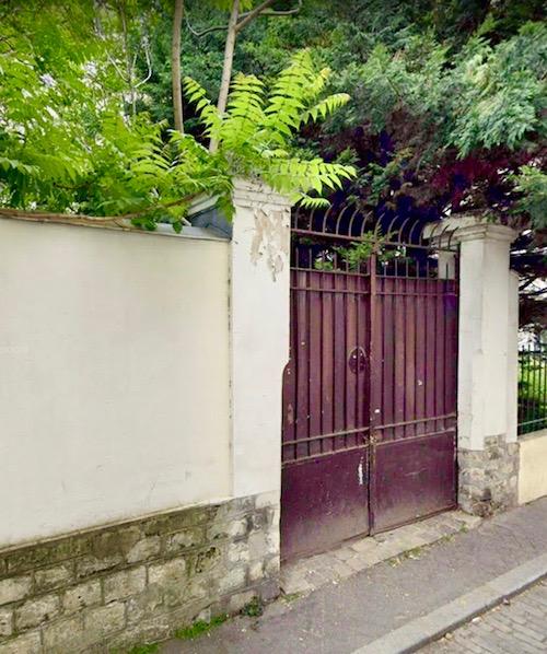 Le portail rouge à fracturer, qui mène au jardin.