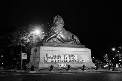 Collage sur le lion de la place Denfert-Rochereau.