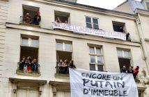 Les artistes squatteurs déroulent leurs banderoles sur la façade du squat de la rue Jacob