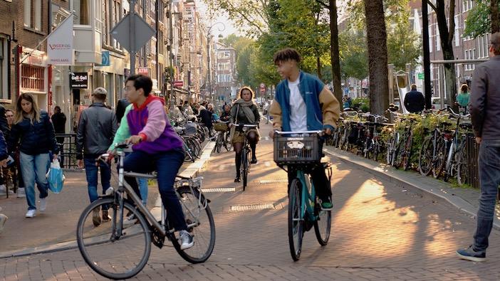beaucoup de gens à bicyclette dans les centre-ville néerlandais