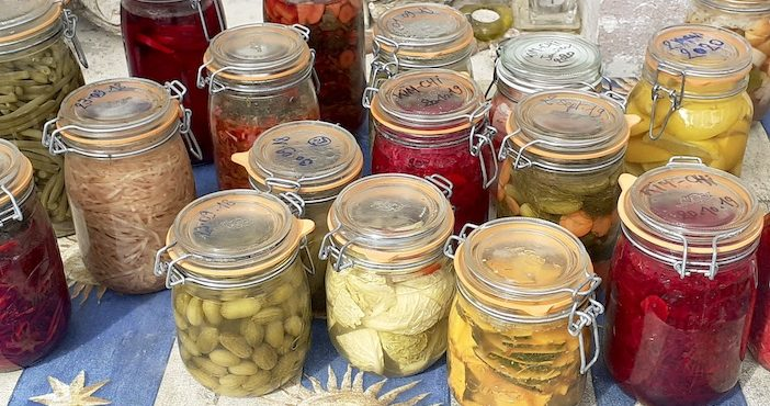 La lacto-fermentation permet de faire des conserves longue durée. Bocaux de légumes.