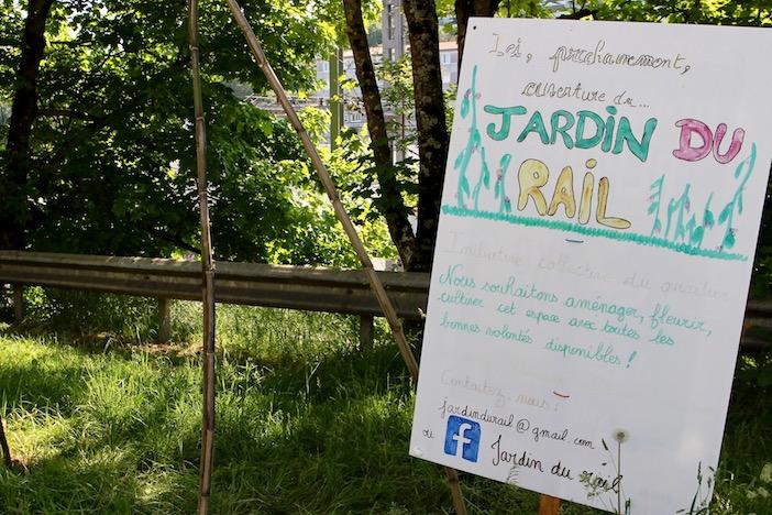 un panneau au bord de la route indique le jardin du rail