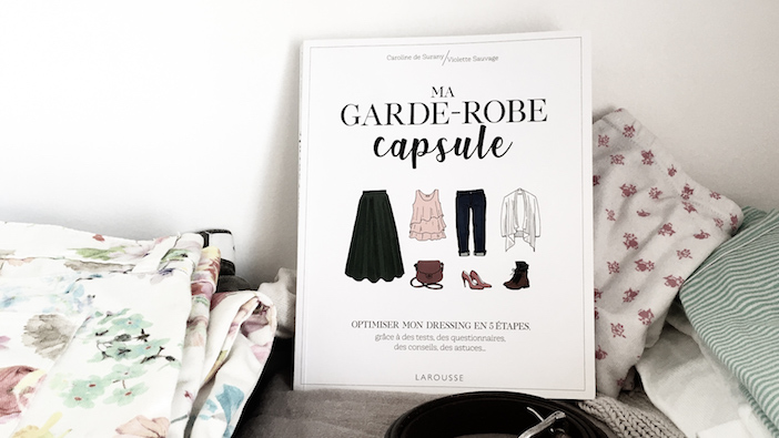 ma garde robe capsule, habits sur une étagère