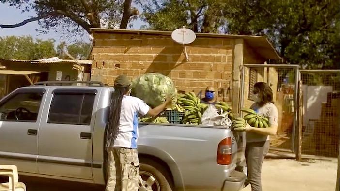 Un camion chargé de nourriture pour les favelas