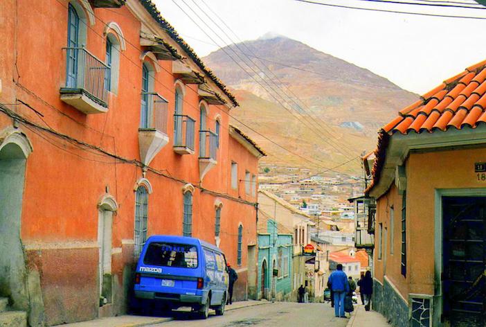 une rue de Potosi et le Cerro Rico au fond.