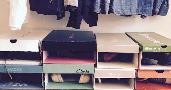 Et voici des boites à chaussures transformées en rangement sur mesure pour le dressing