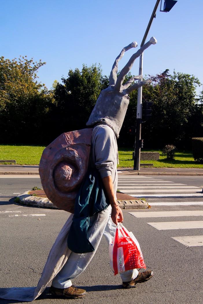 un manifestant déguisé en escargot